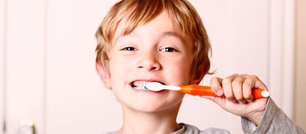 Để trẻ tự chải răng một mình