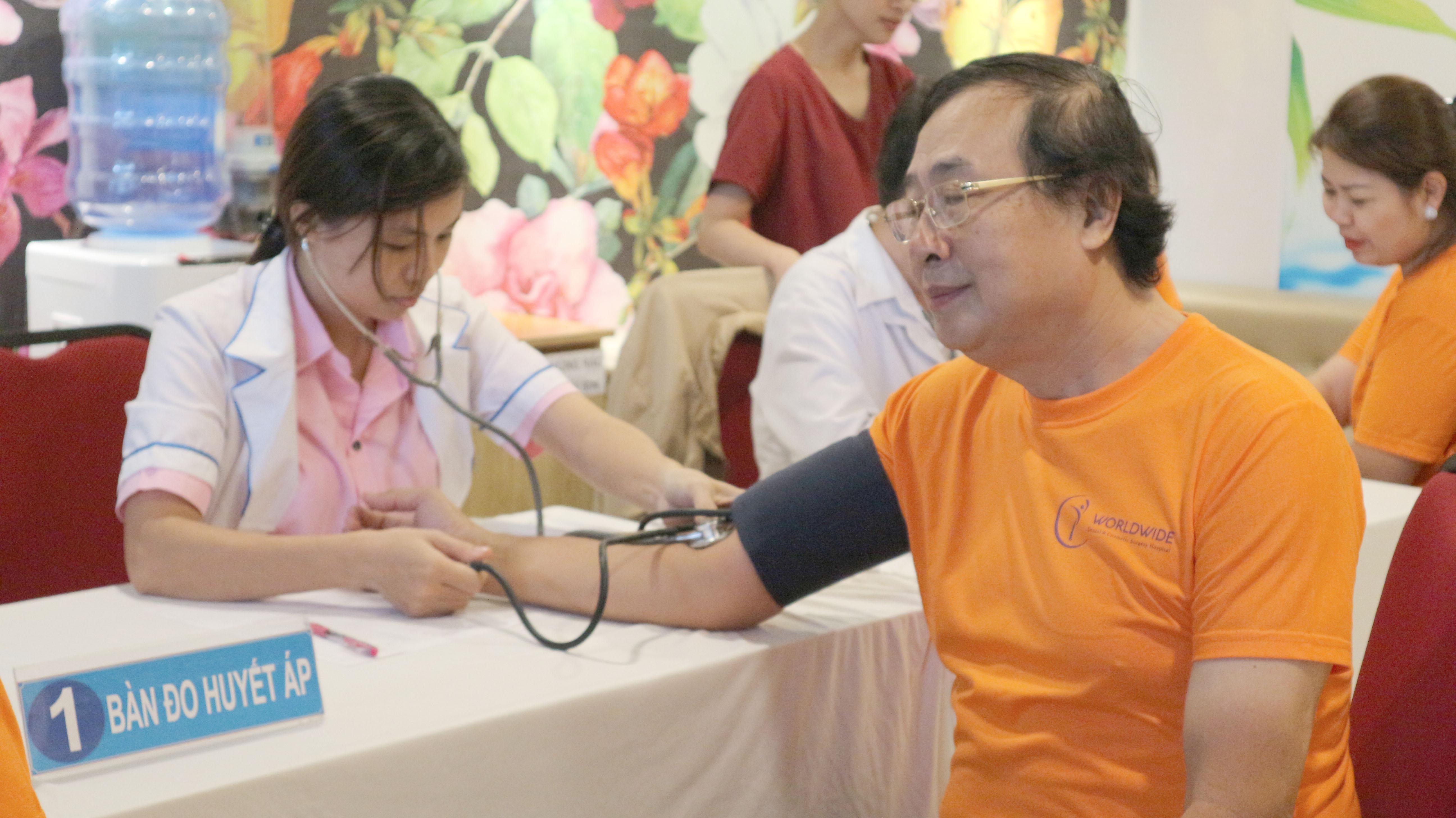 bàn đo huyết áp